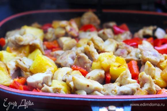 Нагреть в воке растительное масло, ображить кусочки курица (жарить только в 1 слой, не класть сразу все мясо) до румяного цвета корочки, это займет 3–4 минуты. Слить жир. В чистый вок налить растительное и кунжутное масло, обжарить минуту ананас, добавить перцы, обжарить 2 минуты. Влить соусы —соевый, хойсин, а также выдавленный чеснок и сахар. Жарить минуту. Добавить курицу, прогреть минуту.