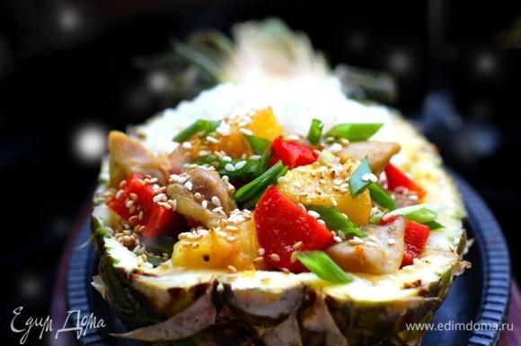 Выложить в половинку ананаса рис и мясо с ананасом.