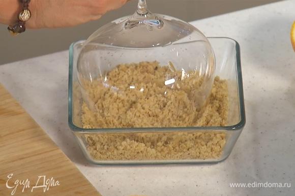 Фундук предварительно измельчить, кромку бокала погрузить в ореховую крошку.