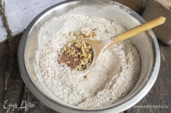 Мелко рубим пекан, его можно заменить грецкими орехами, по вкусу они очень похожи. Добавляем в миску измельченные орехи и семена льна.