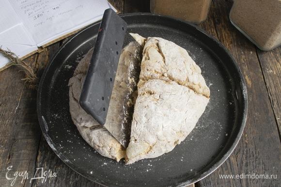 Далее разрезаем буханочку на 4 части, прорезаем до конца, чтобы лучше пропеклась.