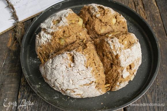 Отправляем хлебушек в нагретую до 180°C духовку на 40–45 минут.