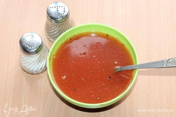 Томатную пасту смешать с теплым бульоном или водой. Добавить приправу, соль и перец.