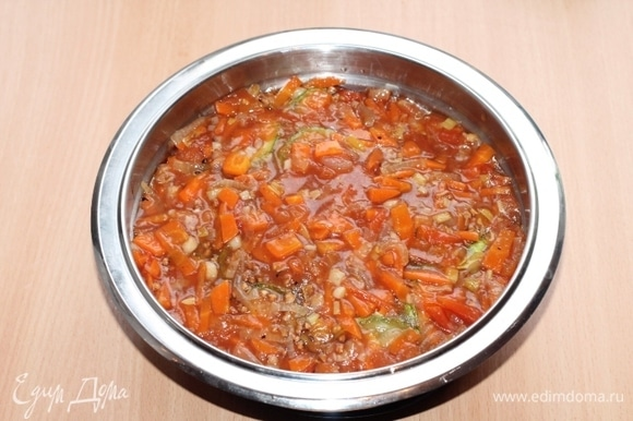 Овощи с гречкой не перемешивать! Накрыть сотейник неплотно крышкой или фольгой и тушить в духовке при температуре 180°C 25–30 минут до готовности гречки.