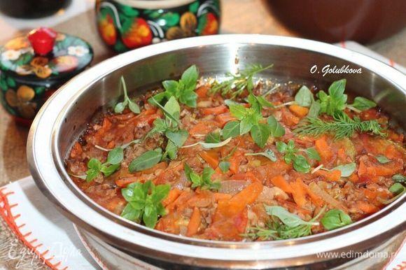 Подавая блюдо к столу, посыпать зеленью. Соте можно кушать теплым или холодным. Крупа, пропитанная вкусным соусом, получается очень приятная! Приятного аппетита!