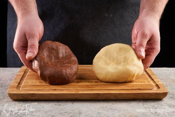 Замесите пластичное тесто. При необходимости добавьте еще немного воды. Скатайте два шара, заверните тесто в пищевую пленку и положите на 10 минут в холодильник.