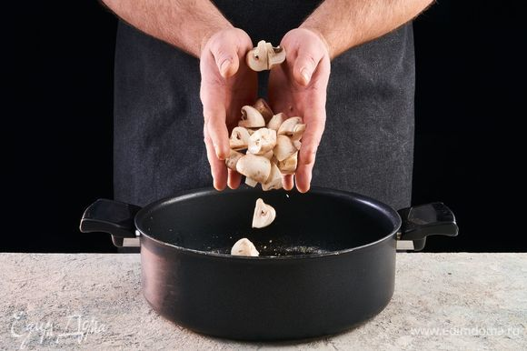 Грибы нарежьте и обжарьте в масле, оставшемся после обжарки курицы.