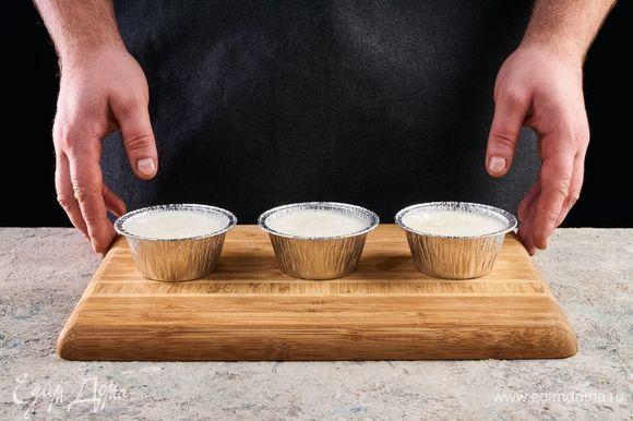 Заполните формы. Поставьте в холодильник на 1 час. Удалите крупные специи из вишневого соуса (палочка корицы, гвоздика, кардамон) и оставьте охлаждаться.