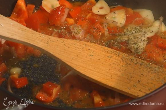 Чеснок и перец измельчить, добавить в сковороду. Посолить, добавить специи, перемешать. Томить на медленном огне в течение 5 минут.