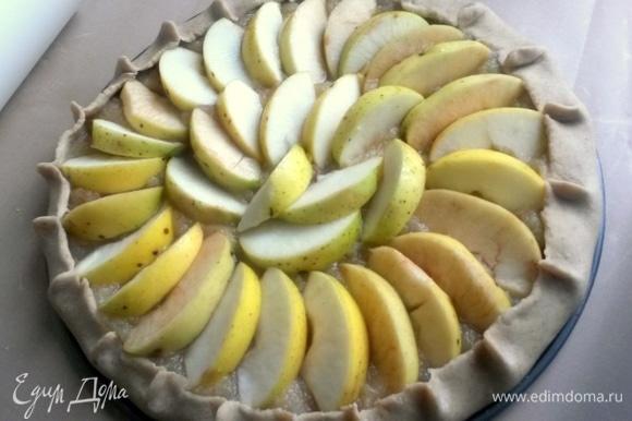 И так заполняем весь верх плотно яблоками. Защипываем бортики.