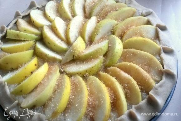 Сверху посыпать сахаром, особенно если яблоки кислые.