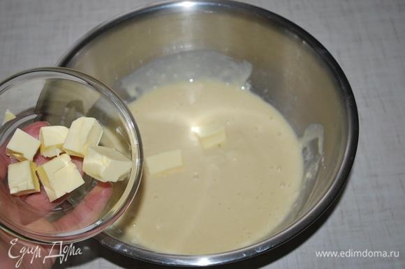 Небольшими кусочками добавляйте сливочное масло. Важно масло добавлять небольшими порциями, как масло вмешалось в тесто, еще добавить кусочки масла.