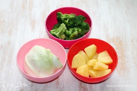 Подготовим овощи для варки: белокочанную капусту, брокколи и очищенный, нарезанный дольками картофель.