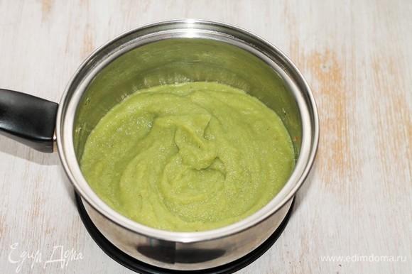 Сливаем жидкость из кастрюли в отдельную емкость, оставляем овощи, чечевицу и 0,5 стакана овощного бульона. Добавляем очищенный зубчик чеснока, несколько веточек зеленого базилика и измельчаем блендером.
