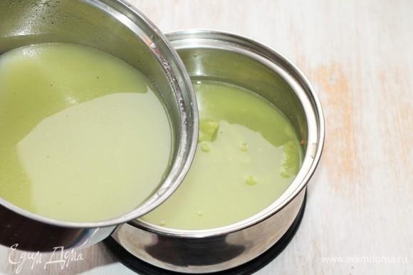 Затем возвращаем овощной бульон в кастрюлю, добавляем приправу, соль, перец. Перемешиваем. Ставим кастрюлю на 2–3 минуты на малый огонь, доводим до кипения. Суп-пюре готов!