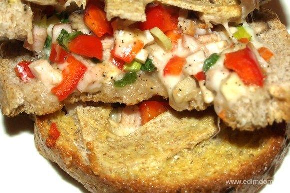 Подаем бутерброды к бульону или овощному салату.