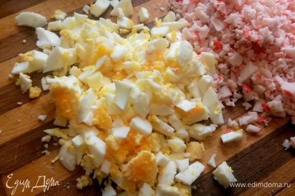 Яйца отварить вкрутую, нарезать.