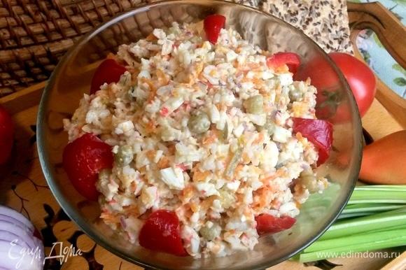 Заправленный салат переносим в салатник.