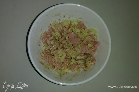 Смешиваем нарезанные лук и колбасу. Добавляем к ним майонез, горчицу, сухую приправу «Аджика» и сушеные помидоры, предварительно измельченные, и сушеный базилик. Перемешиваем все вместе и ставим на 1 час в холодильник.