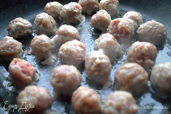 В отдельной сковороде обжарить фрикадельки. У меня из смешанного фарша: свинина и говядина, соль, перец. Заранее приготовлены, держу в заморозке.