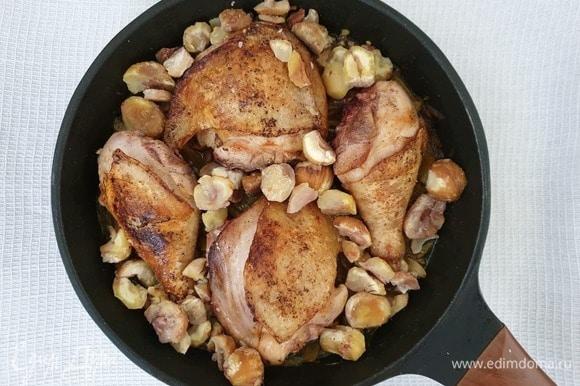 Осталось выложить в сковороду курицу и каштаны.