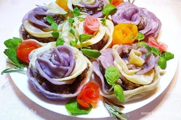 Выкладываем порционные ханумы на блюдо, украшаем зеленью и овощами. Приятного аппетита!
