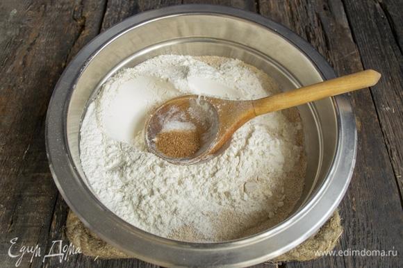 Добавляем обычную пшеничную муку, мелкую поваренную соль и тростниковый сахар.