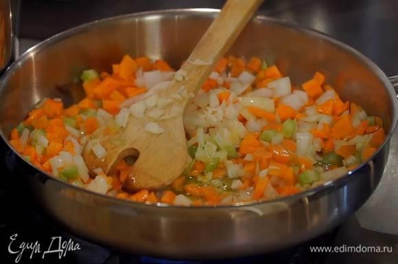 Чеснок почистить, раздавить плоской стороной ножа и, удалив горькую сердцевину, мелко порубить, затем добавить в сковороду, все слегка посолить, перемешать и обжаривать 5‒7 минут.