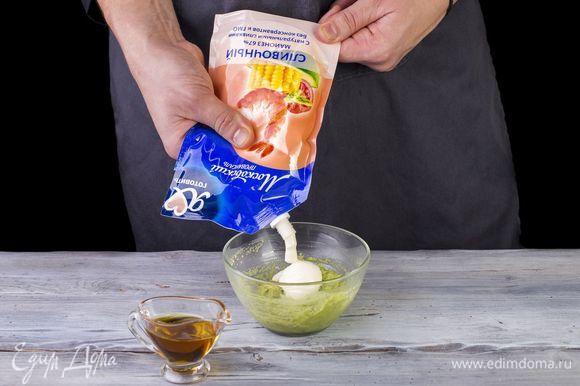 Подготовьте соус. Авокадо очистите и разомните вилкой, добавьте майонез Сливочный ТМ «Московский провансаль» («Я люблю готовить») и кунжутное масло. Смешайте до однородной массы.