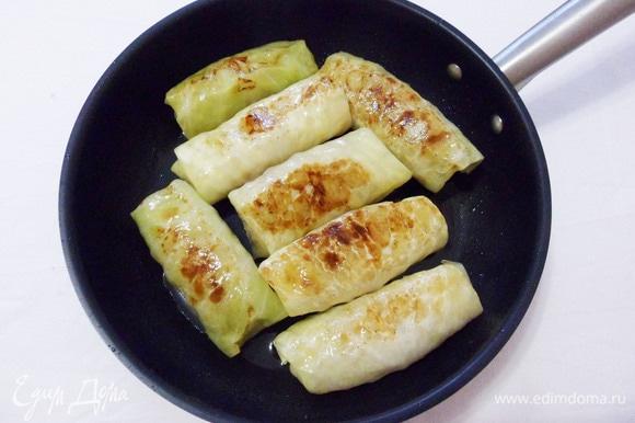 Разогреваем растительное масло на сковороде и обжариваем голубцы с двух сторон.