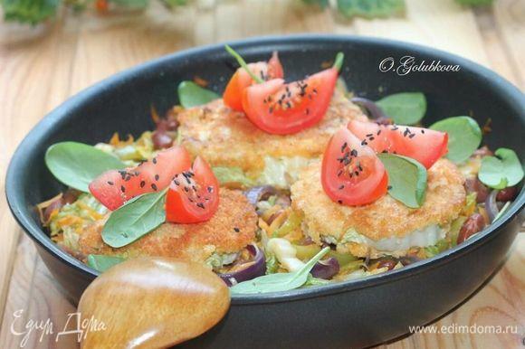 Приготовленную капусту можно подавать в сковороде, а за столом разложить по тарелкам, посыпав зеленью. Украшаем капустные стейки дольками помидора, посыпав ароматным черным кунжутом. Приготовленную капусту можно подавать в сковороде, а за столом разложить по тарелкам, посыпав зеленью.