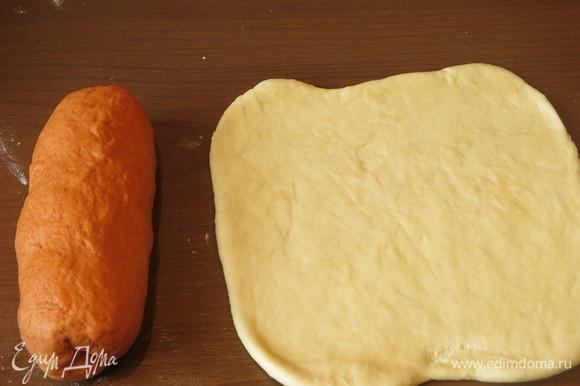 Раскатываем белое тесто в прямоугольник, а оранжевое в виде брусочка. Рекомендую уменьшить количество оранжевого теста.
