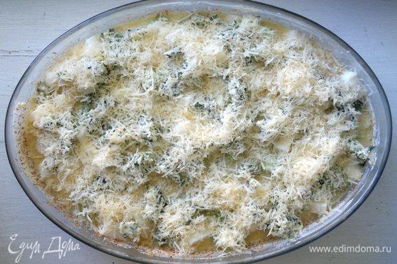 Посыпать запеканку оставшимся сыром. Поставить форму в духовку, разогретую до 180°C на 35–40 минут.