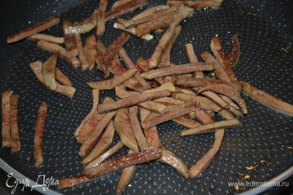 Говяжий язык (у меня отварной) нарежьте, сбрызните сковороду маслом из под вяленых помидор и обжарьте.