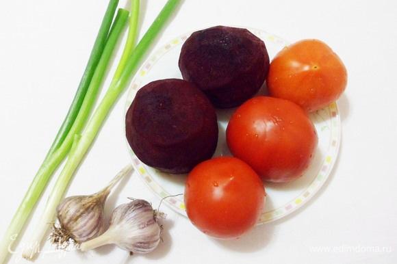 Целые помидоры ополаскиваем водой, свеклу моем и очищаем.
