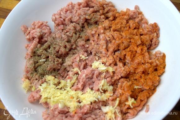 В фарш (свинина и говядина) натереть чеснок, посыпать специи для мяса — соль и паприку.