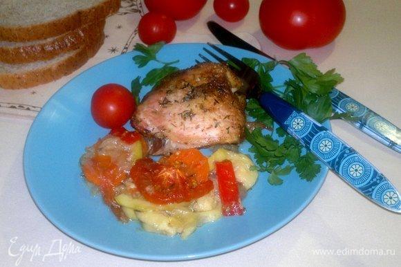 Разложить по порциям куриные бедра и овощи, украсить свежей зеленью. Угощайтесь! Приятного аппетита!