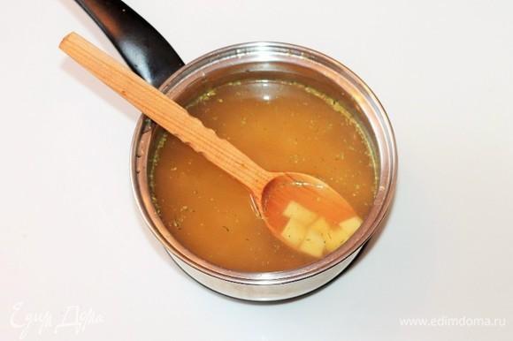 Довести бульон (1,5 л воды + сухая приправа для овощей) до кипения и добавить очищенный и нарезанный кубиками картофель и 1 зубчик чеснока. Варим до полуготовности картофеля.