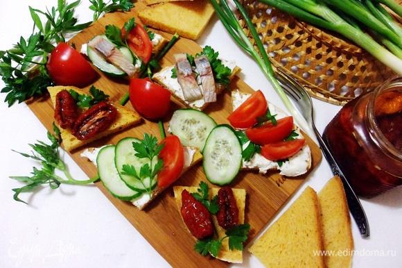 С томатным хлебом получаются очень вкусные бутерброды. Нарезаем хлеб треугольниками, смазываем сливочным творожным сыром, а сверху можно положить все, что любите: ломтики селедки, дольки помидора, кружки огурцов. Мне очень нравятся бутерброды с томатным хлебом и вялеными томатами. Приятного аппетита! Угощайтесь!