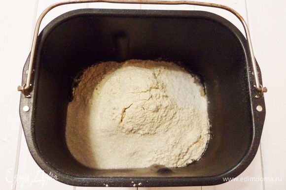 В ведерко хлебопечки наливаем воду, добавляем растительное масло, раскрошенные дрожжи, просеянную (взвешенную на весах) муку, соль и сахар. Устанавливаем ведерко в хлебопечку. Выбираем: режим — основной, вес — 750 г, корочка — средняя. Старт. Через несколько минут необходимо проконтролировать замес. Если тесто тянется за тестомесом, то необходимо добавить муку. Муку следует добавлять постепенно, по одной столовой ложке, чтобы сразу не забить тесто.