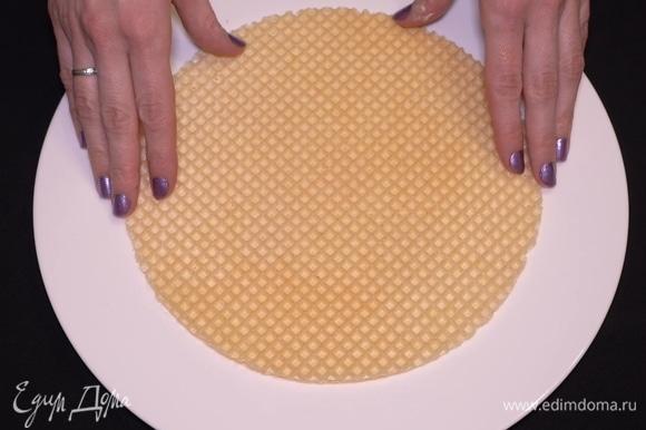Затем нужно аккуратно положить сверху вафельный корж и смазать его кремом ровно пополам.