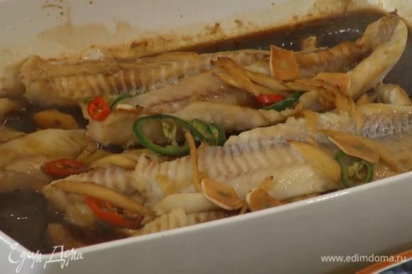 Запекать рыбу в разогретой духовке 10‒12 минут до готовности.