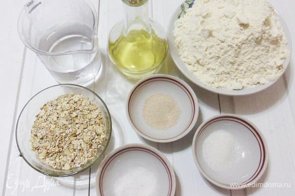 Все необходимые для выпечки хлеба ингредиенты.