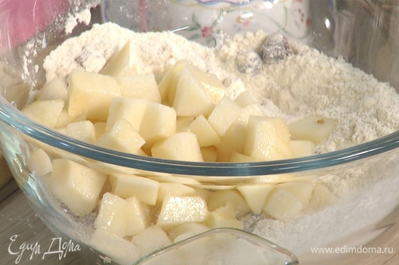 Почистить и нарезать кубиком грушу, добавить вместе с вяленой клюквой к муке.