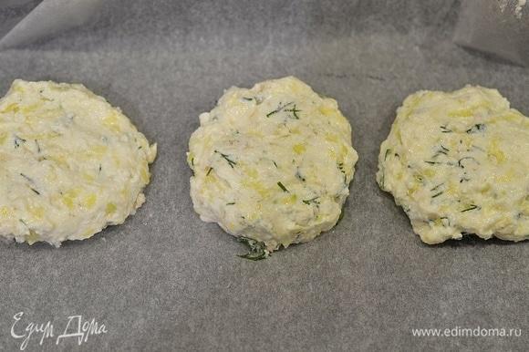 Формируйте небольшие сырники, лучше всего это делать руками, смазанными растительным маслом. Выложите на противень, застеленный пергаментом. Выпекайте в разогретой до 180°C духовке около 35 минут.