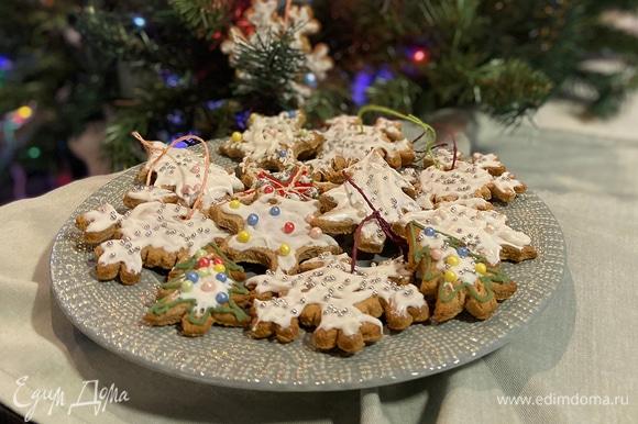 Такой праздничный десерт можно использовать как украшение для елки или в качестве подарка.