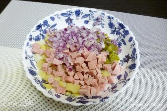 Вареную колбасу и лук нарезать. Лук лучше помельче. Для салата я посыпаю лук щепоткой сахара и слегка разминаю пальцами.