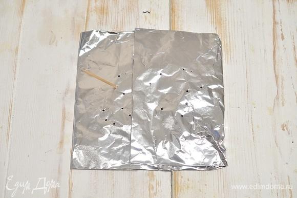 Зубочисткой сделайте несколько проколов в верхнем слое фольги (там, где чай), не протыкая нижнюю, где сахар.