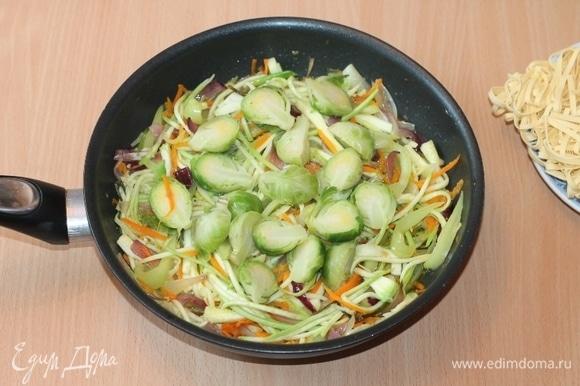 Брюссельскую капусту отварим в подсоленной воде. Затем воду сольем, кочанчики разрежем на 2 части и отправим в сковороду к овощам. Быстро обжариваем овощи при высокой температуре. Добавляем соевый соус, молотый перец. Все перемешиваем и тушим овощи еще пару минут. Вместо соли у меня соевый соус «легкий».