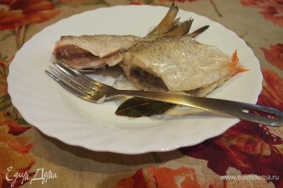 Охладите рыбу и отделите филе от костей и плавников. Разомните ее на кусочки.